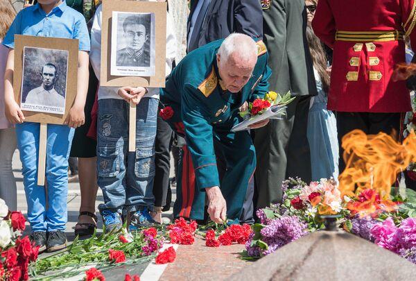 Большинство участников акции были пожилыми людьми - прямыми потомками воевавших на фронте, но и представителей молодежи в парке Ваке в День Победы было немало - Sputnik Грузия