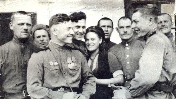 Мария Недодаева с однополчанами в 1944 году, фото из семейного архива - Sputnik Грузия