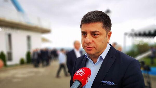 Депутат парламента Закария Куцнашвили дает интервью журналисту - Sputnik Грузия