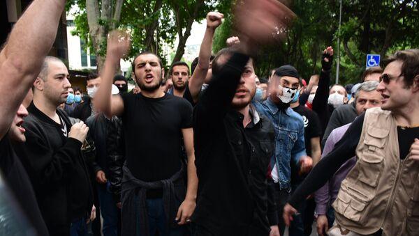 Лидер движения Грузинское национальное единство Георгий Челидзе со своими сторонниками - Sputnik Грузия