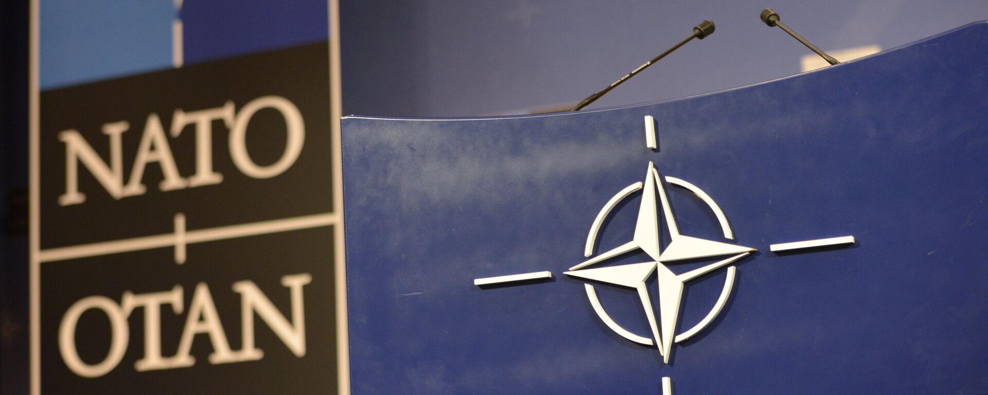 Трибуна в зале для пресс-конференций штаб-квартиры НАТО. - Sputnik Грузия, 1920, 03.09.2021