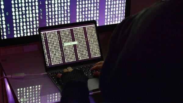 Строчки с цифрами на экранах компьютера и ноутбука - Sputnik Грузия