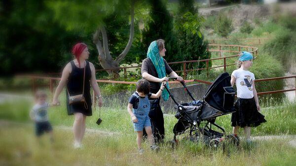 Многодетная семья на прогулке - Sputnik Грузия
