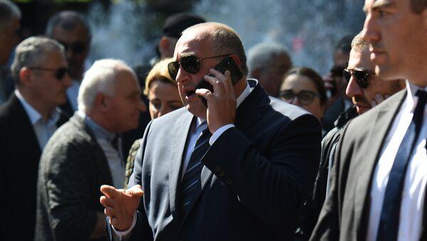 Георгий Маргвелашвили говорит по телефону - Sputnik Грузия