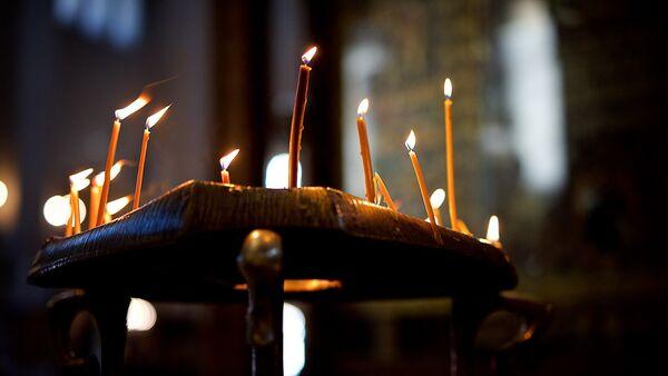 Горящие свечи на панихиде в церкви - Sputnik Грузия