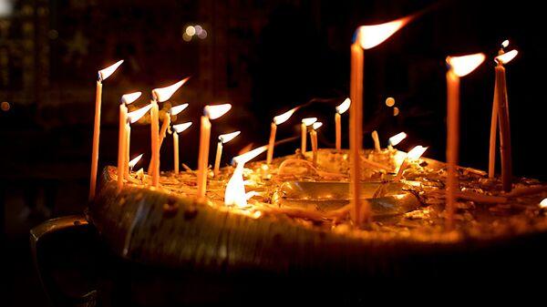 Горящие свечи в церкви на панихиде - Sputnik Грузия