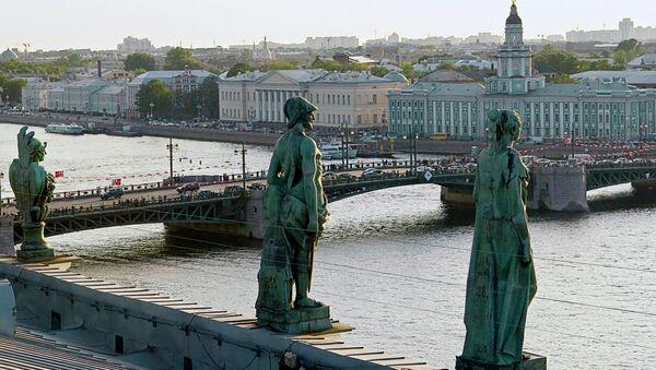 Скульптуры на крыше Эрмитажа. Вид на Дворцовый мост - Sputnik Грузия
