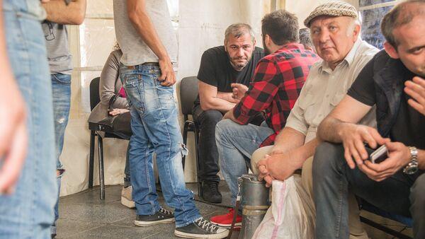 Заза Саралидзе в палатке с протестующими. Акция протеста у здания парламента Грузии на проспекте Руставели - Sputnik Грузия