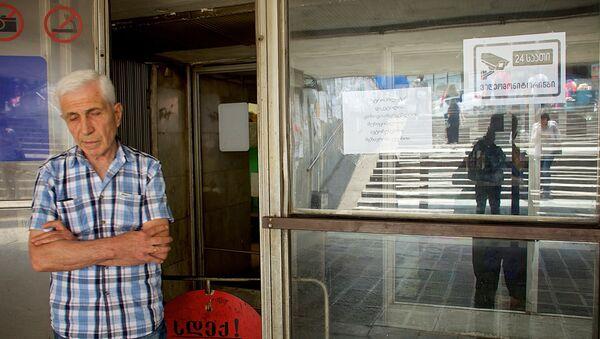 Мужчина у закрытой станции метро Сараджишвили - Sputnik Грузия