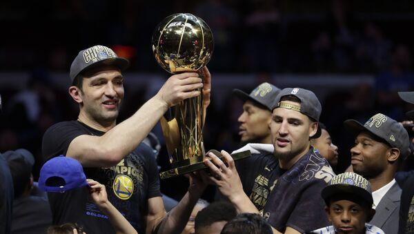 Заза Пачулия и Клай Томпсон из Golden State Warriors держат кубок после того, как была одержана победа над Cleveland Cavaliers и выигран титул Чемпионов НБА - Sputnik Грузия