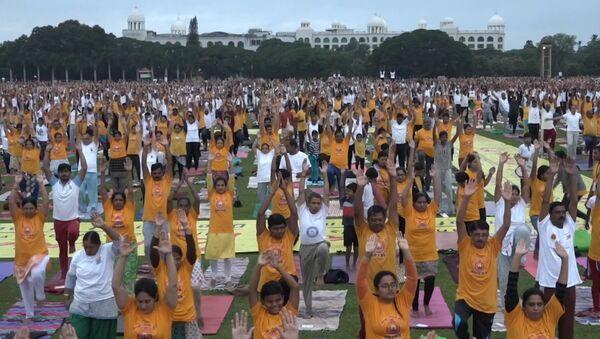 Десятки тысяч человек провели массовое занятие по йоге в Индии - Sputnik Грузия