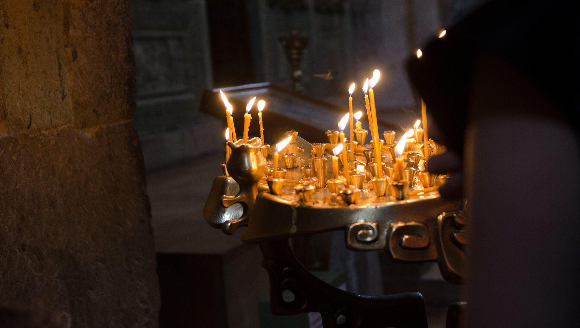 Горящие свечи в церкви - Sputnik Грузия, 1920, 26.06.2021