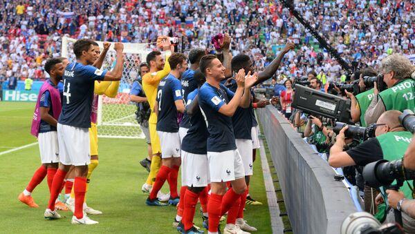 Игроки сборной Франции радуются победе после матча 1/8 финала чемпионата мира по футболу между сборными Франции и Аргентины - Sputnik Грузия