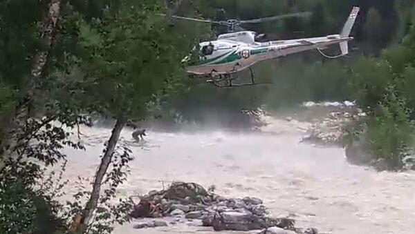 Спасательная операция в Сванети: вертолет эвакуировал местного жителя, оказавшегося в реке - Sputnik Грузия