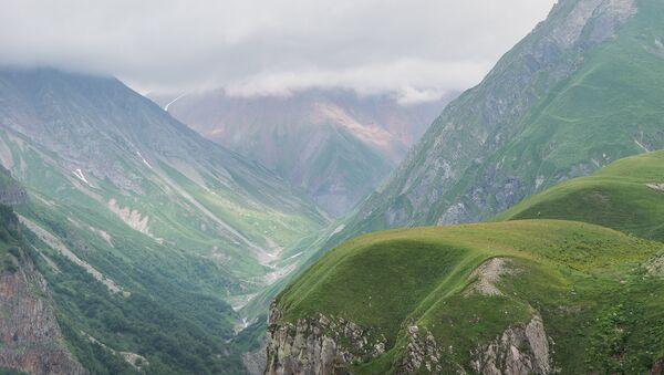 Гудаури летом лето туризм курорт отдых в горах горный воздух туристы поход горы - Sputnik Грузия