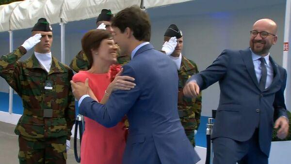 Трюда не заметил премьер-министра Бельгии во время приветствия жены - Sputnik Грузия