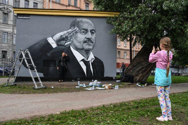 В Санкт-Петербурге перерисовали граффити со Станиславом Черчесовым. Под его руководством сборная РФ впервые за 32 года вышла из группы на чемпионатах мира и впервые за 48 лет дошла до четвертьфинала - Sputnik Грузия