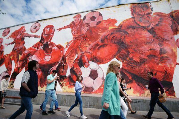 Граффити, посвященный чемпионату мира по футболу-2018, нарисованный на стене жилого дома на улице Земляной вал в Москве - Sputnik Грузия