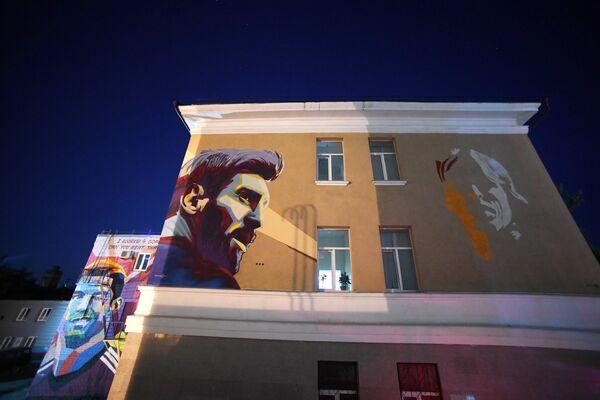 Казанские художники нарисовали граффити с изображением нападающего сборной Аргентины Лионеля Месси в непосредственной близости от отеля, где расположилась аргентинская национальная команда перед матчем 1/8 финала чемпионата мира-2018 - Sputnik Грузия