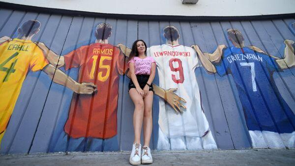 Девушка на фоне граффити с изображение игроков всех сборных чемпионата мира по футболу 2018. - Sputnik Грузия