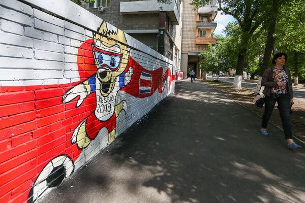 Граффити с Волком Забивакой также изобразили в Самаре. Волк Забивака стал победителем голосования за талисман чемпионата мира по футболу 2018 года - Sputnik Грузия