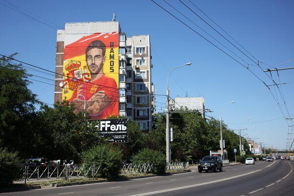 Защитник сборной Испании Серхио Рамос на своей странице в Instagram опубликовал фотографию граффити со своим изображением и подписал: Спасибо!. Рисунок выполнен на одном из городских домов в Краснодаре - Sputnik Грузия