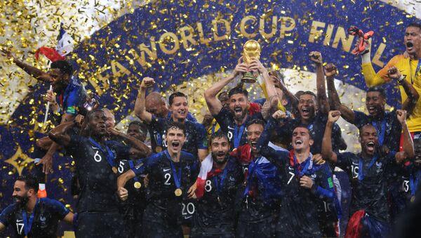Игроки сборной Франции  на церемонии награждения победителей чемпионата мира по футболу 2018 - Sputnik Грузия