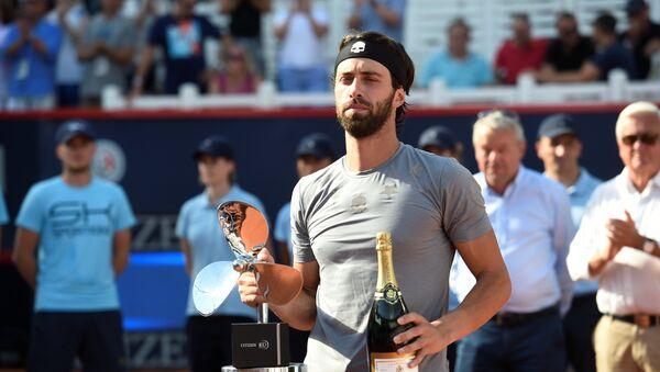 Николоз Басилашвили отмечает победу в финале чемпионата Германии по теннису - Sputnik Грузия