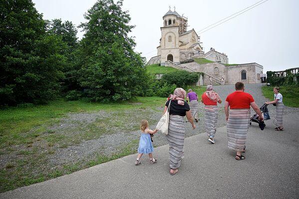 Посещение территории монастыря и храма Святой Троицы на горе Самеба разрешено с девяти утра до шести часов вечера - Sputnik Грузия