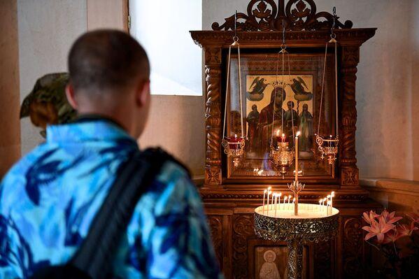В храме Святой Троицы в настоящее время богослужение ведется как обычно, два раза в день, утром и вечером - Sputnik Грузия