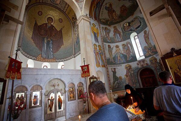 В самом храме снимать нельзя - но автор был не в курсе запрета, поэтому удалось сделать несколько фото до того, как служащие монастыря попросили больше не снимать - Sputnik Грузия