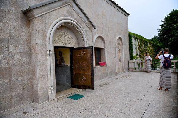 Кто-то же просто приезжают в монастырь, чтобы устроить тут фотосессию и сделать снимки на память - Sputnik Грузия