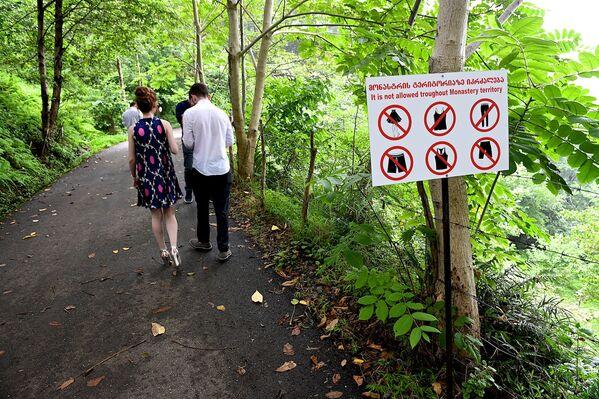 Повсюду встречаются предупреждающие таблички с картинками, наглядно демонстрирующие, в какой одежде недопустимо заходить на территорию монастыря - Sputnik Грузия