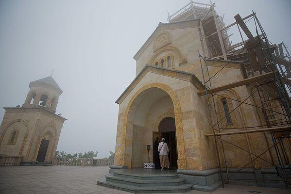 Монастырь Святой Троицы был построен неподалеку от Батуми на горе Самеба в конце XIX века. Автор оказался тут в пасмурную погоду, храм и гору окружал туман - Sputnik Грузия