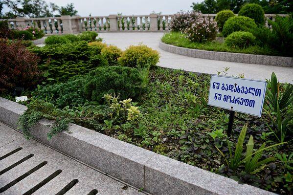 Храм Святой Троицы окружает ухоженная территория, газоны и сады. На газонах расположены предупреждающие таблички, запрещающие ходить по ним и рвать растения, правда они только на грузинском языке - Sputnik Грузия
