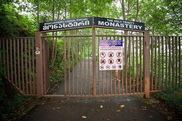 Въезд на территорию монастыря Святой Троицы машинам преграждают ворота и это весьма разумно. Иначе нашлись бы желающие доехать прямо до ступеней храма - Sputnik Грузия