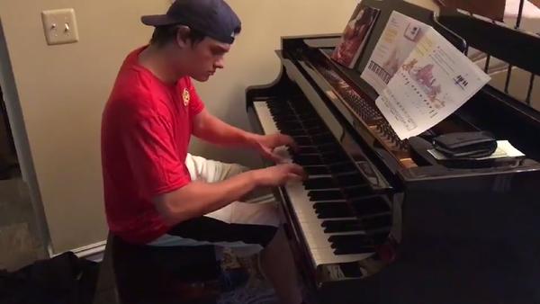 Курьер доставил семье пиццу, сыграл на их пианино Бетховена и прославился – видео - Sputnik Грузия