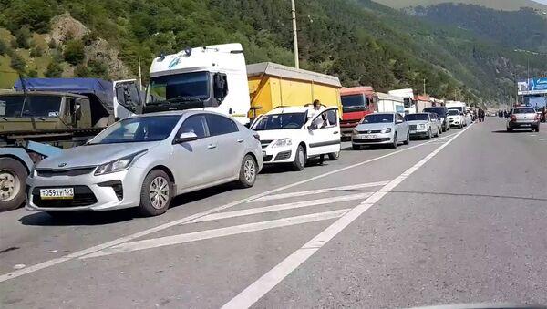 Многокилометровая пробка из машин на границе России с Грузией - Sputnik Грузия