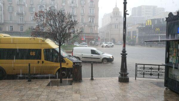 Прогноз синоптиков оправдался: на Тбилиси в четверг обрушился сильный дождь с градом - Sputnik Грузия