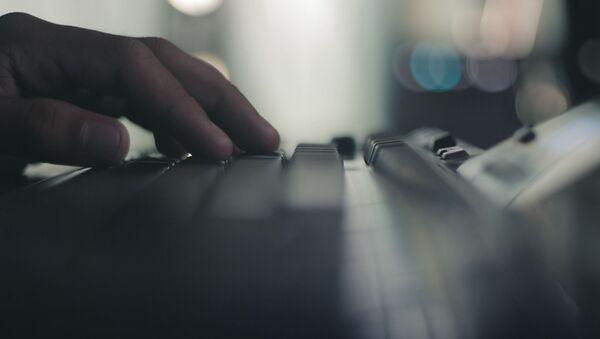 Пользователь за компьютером печатает на клавиатуре - Sputnik Грузия