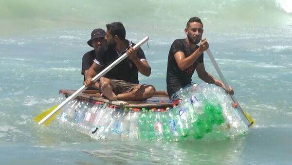 Палестинский рыбак построил лодку из бутылок - Sputnik Грузия