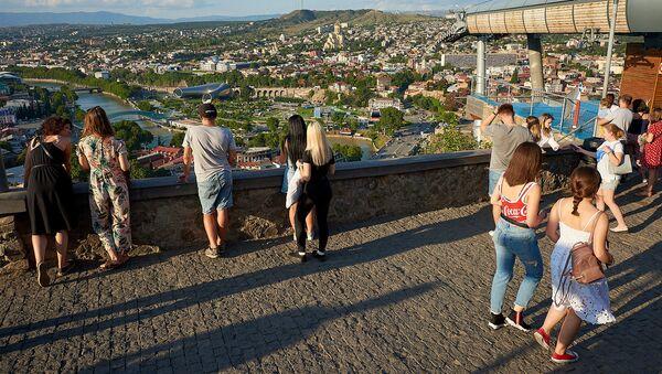 Туристы на аллее Сололаки смотрят на Тбилиси - Sputnik Грузия