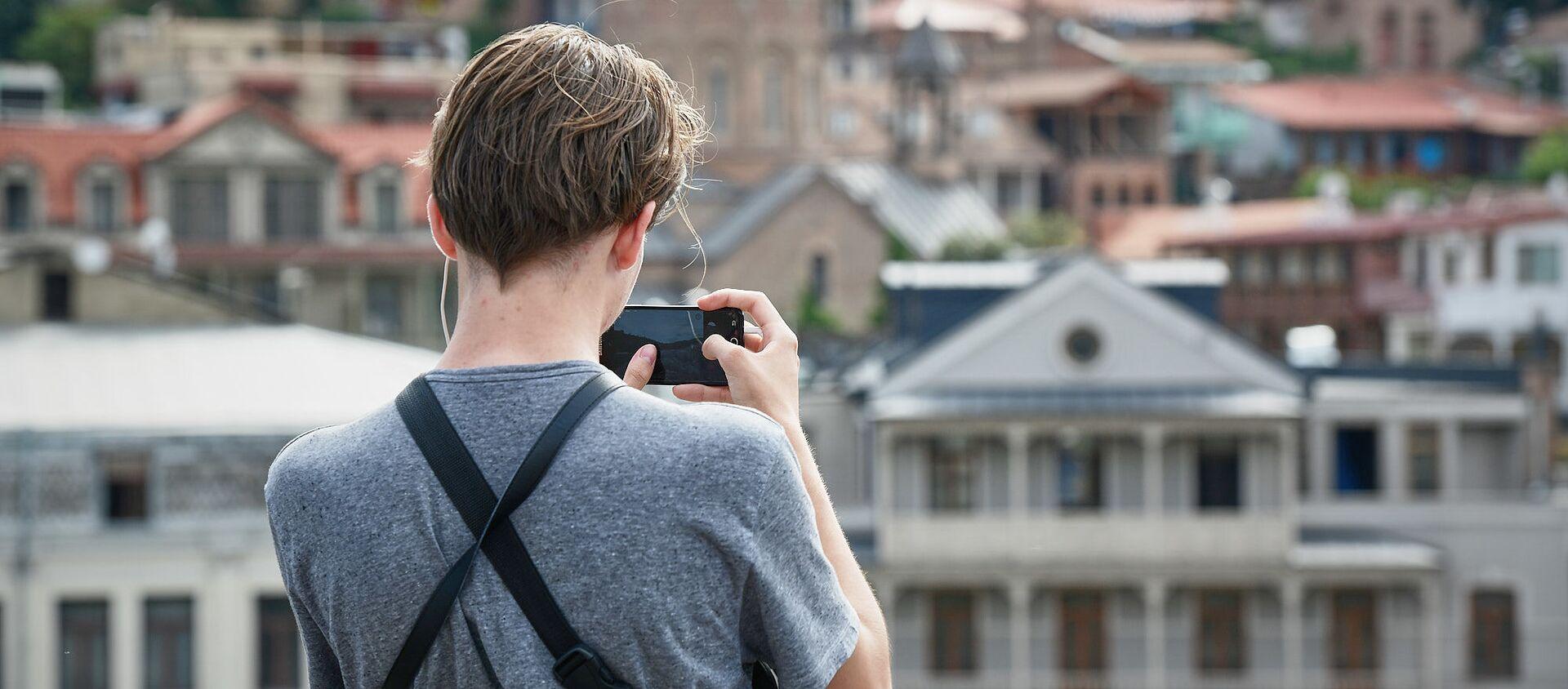 Турист фотографирует Тбилиси - Sputnik Грузия, 1920, 01.06.2021