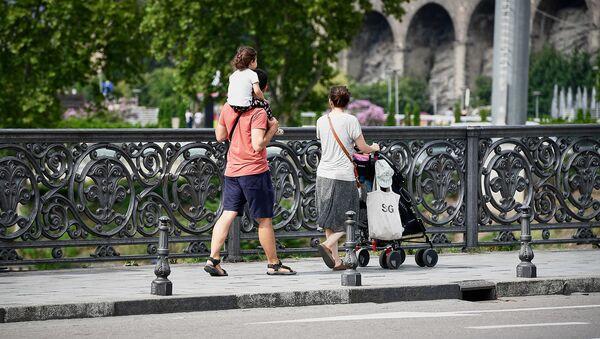 Прохожие с детьми на Метехском мосту - Sputnik Грузия