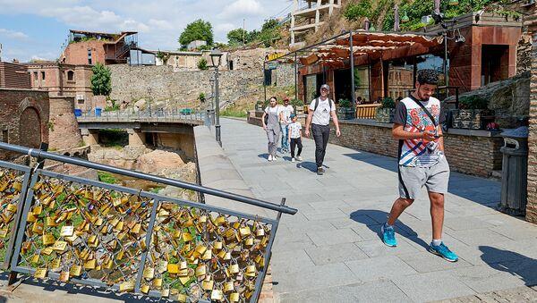 Туристы в ущелье Легвтахеви в центре Тбилиси - Sputnik Грузия