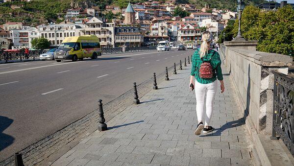 Девушка турист гуляет по Тбилиси - Sputnik Грузия