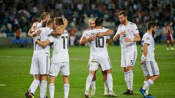 Матч сборных Грузии и Латвии по футболу - грузинские футболисты радуются забитому голу в ворота латвийской команды - Sputnik Грузия