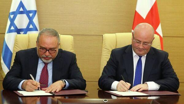 Министры обороны Грузии и Израиля Леван Изория и Авигдор Либерман - Sputnik Грузия