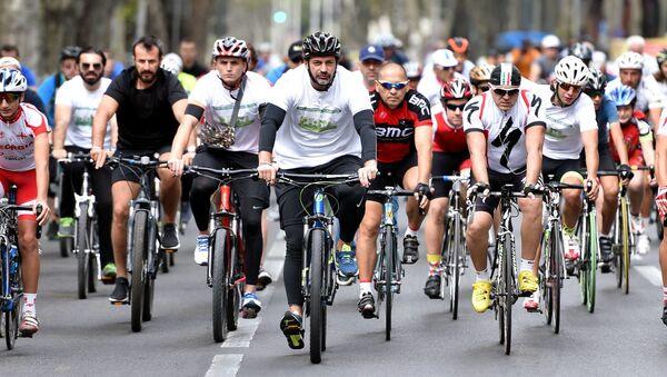 Каха Каладзе на велопробеге в Тбилиси - Sputnik Грузия