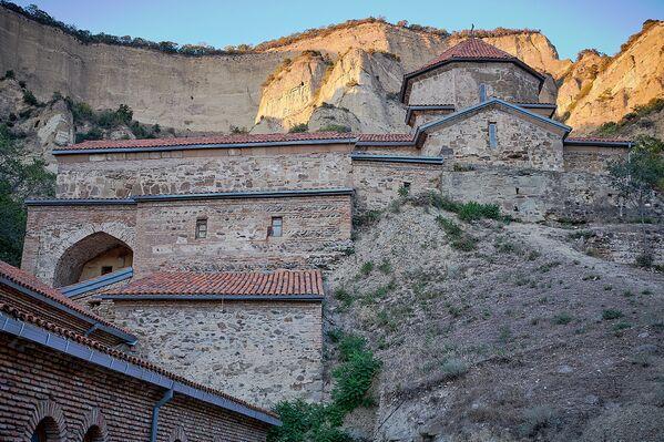 Все здания располагаются как бы уступами, так как сооружения монастыря возводились на склоне горы - Sputnik Грузия